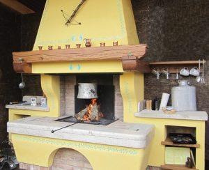 I termocamini AQUAPOLY Polyflam montati ad altezza piano cottura arredano la cucina e riscaldano tutta la casa