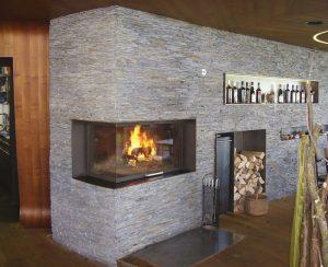I termocamini a legna Staffieri, modello P2 Mega, lasciano vedere il fuoco da due lati perchè sono angolari