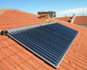 Un impianto di pannelli solari termici produce acqua calda sanitaria per condomini o abitazioni private