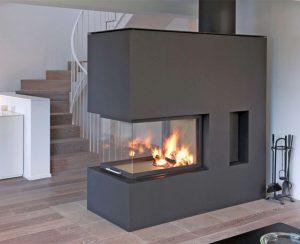 I termocamini a legna Staffieri, modello P3 Mega Lungo, hanno una forma inusuale che permette di collegare visivamente due ambienti