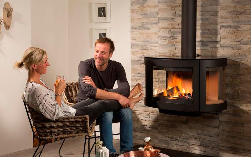 Tra i termocamini a legna Wanders il modello sospeso Black Pearl riscalda per irraggiamento ambienti fino a 80 mq