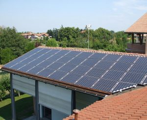 I pannelli fotovoltaci possono essere connessi alla rete di distribuzione dell'energia elettrica oppure non connessi per alimenare abitazioni isolate, rifugi di montagna o baite