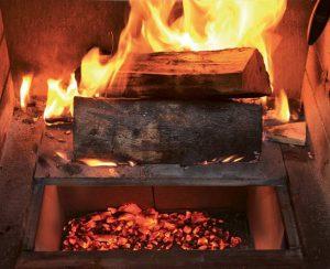La camera di combustione del camino Polyflam è chiusa da piastre in ghisa su cui si può anche cucinare
