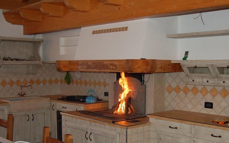 I Rivestimenti camini SU MISURA personalizzati possono essere installati sul top della vostra cucina