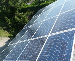 Installando pannelli fotovoltaici si può ottenere anche un reddito mensile in base all'energia elettrica prodotta