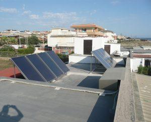I collettori dell'impianto solare permettono di risparmiare sulla bolletta della luce