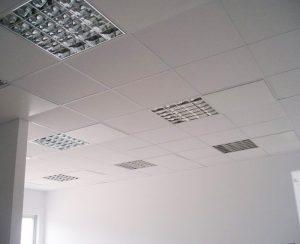 I radiatori elettrici a soffitto e i pannelli a irraggiamento per controsoffitti risolvono i problemi di riscaldamento in uffici e spazi commerciali