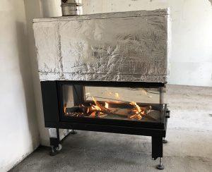 Il termocamino trilaterale consente di arredare un'abitazione unendo due ambienti
